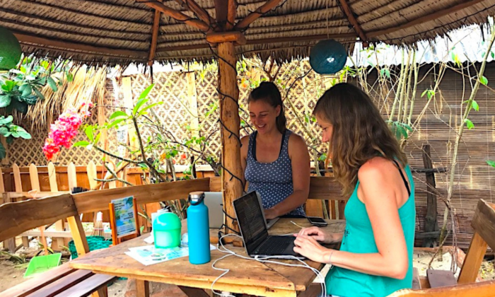 Janneke Dijkhuis en Marijn Driesen op het werk tijdens vakantie