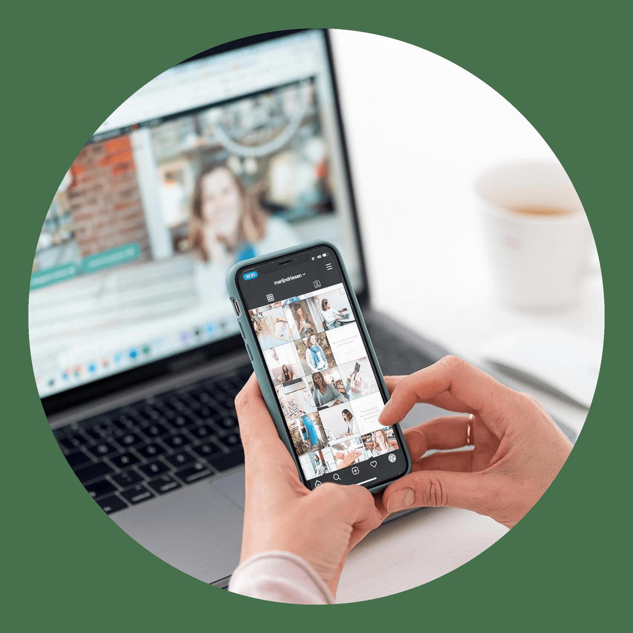 Vrouw met telefoon en laptop op de achtergrond
