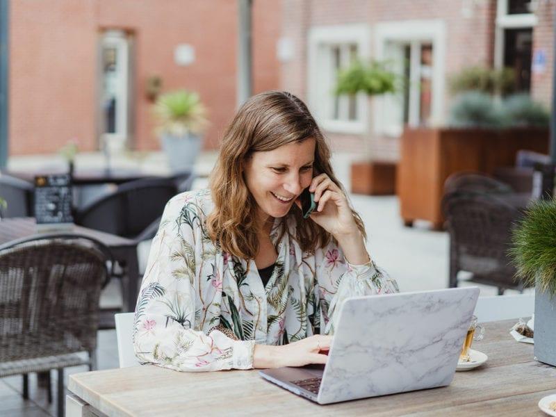 Vrouw aan het werk op haar laptop